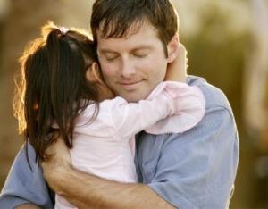 padre-abrazando-a-su-hija